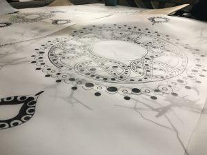 Das ist eine Druckvorlage. Sie ist so groß wie der Druck nachher auch auf dem Textil sein soll. Die Stellen, die gedruckt werden sollen müssen komplett schwarz sein, sodass bei der Belichtung auf das Sieb kein Licht durchdringt.