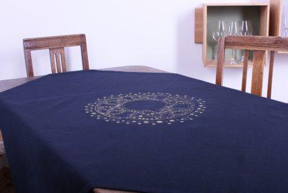 Blau und Gold ist ein herrlicher Kontrast und macht das Design dieser schönen quadratischen Tischdecke aus, die sich sowohl für einen runden, quadratischen aber auch rechteckigen Tisch perfekt eignet. Das zentrale goldene Motiv ist ein in sich verzierter Kreis, der der Tischdecke einen orientalischen Hauch verleiht. Alternativ gibt es das Tischtuch auch in einem dezenten Sandton. Die Tischdecke ist in den Maßen 120 mal 120 Zentimeter erhältlich.