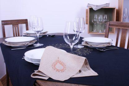 Quadratische Tischdecke für rechteckigen Tisch? Kein Problem. Legen Sie das Tischtuch einfach diagonal über den Tisch, so wie es das Foto zeigt. Die Spitzen hängen dann schön über dem Tischende. Zu der dunkelblauen Tischdecke mit dezentem Muster in Gold passen sandfarbene Stoffservietten ganz wunderbar. Die Tischdecke misst 120 mal 120