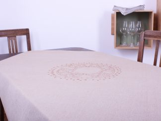 Sand und Bronze machen den edlenTouch dieser schönen handgewebten quadratischen Tischdecke aus. Das bronzefarbene Motiv in der Mitte ist ein in sich gemusterter Kreis, der ornamental inspiriert ist. Die quadratische Tischdecke gibt es alternativ auch in einem warmen dunkelblauen Ton. Die Maße sind 120 mal 120 Zentimeter.