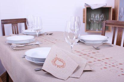 Entscheiden Sie sich für die außergewöhnliche Tischwäsche von Mission Ornament. Die Heimtextilien bezaubern durch ihre ornamentalen handbedruckten Muster und die wertvolle handgewebte Stoffqualität des Halbleinen. Wenn Sie ein Fan des schönen Wohnens sind, dann haben sie bei dem Kauf der Tischdecken und Stoffservietten die richtige Wahl getroffen.