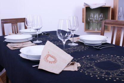 Was gibt es schöneres als ein gemeinsames Essen mit Freunden oder Familie? Mission Ornament hat dafür die passende Tischdecke und Stoffservietten für sie. Die mit einem außergewöhnlichen ornamentalen Design veredelten Wohntextilien werden Ihre Gäste begeistern. Die Tischwäsche ist zudem handgewebt und die Motive sind mit Siebdruck handbedruckt.