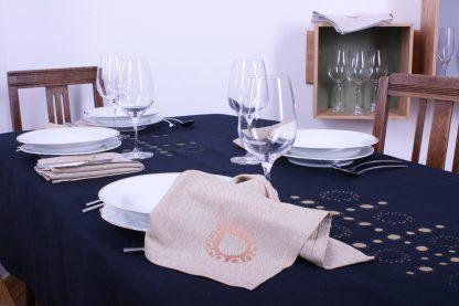 Wer es gerne gediegen mag, für den ist die dunkelblaue große Tischdecke mit goldfarbenem Druck genau die richtige Entscheidung. Zusammen kann man sie wunderbar mit den sandfarbenen Servietten kombinieren. Die Tischwäsche ist handgewebt und handbedruckt, aber dennoch pflegeleicht. Flecken kann man bis 60°C problemlos auswaschen.
