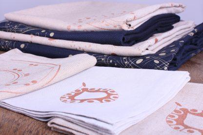Die Tischwäsche-Kollektion von Mission Ornament besticht durch ihren orientalischen Touch. Die Designs sind Stefanie Franke, der Gründerin von Mission Ornament, alle selbst entworfen und leben vom ornamentalen Esprit. Die Motive werden im Siebdruckverfahren in verschiedenen Gold- und Bronzetönen auf die Textilien handbedruckt. Die Heimtextilien bestehen aus hochwertigem Halbleinen.