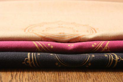 Mission Ornament hat für Sie verschiedene Tischläufer im Angebot, die die schönen Farben des Frühlings und Sommers widerspiegeln. Es gibt sie in einem kräftigen Pfingstrosenpink, schönem dunkelblau und in einem Sandton, wie die Ähren des Korns auf dem Feld. Die Tischläufer zeichnen sich durch ihr einzigartiges ornamentales Design aus. Mittig tragen sie ein längliches Motiv, die die rechteckige Form des Tischläufers aufnimmt. Dem dezent gestalteten Rechteckt ist ein Kreis angehängt, der spitz ausläuft. Die Tischläufer gibt es in den Maßen 180 mal 50 und 220 mal 50 Zentimeter.