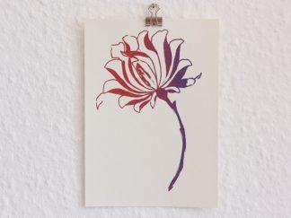 Auf dem Bild kann man eine Postkarte sehen, die mit einer großblütigen Blume in den Farben rot und blau bedruckt ist. Das Motiv zeigt eine ornamental gestaltete Pfingstrose, deren schwerer Blütenkopf sich leicht zur Seite neigt. Die Grußkarte ist im Siebdruckverfahren handbedruckt und zeigt einen schönen rotblauen Farbverlauf mit einem leichten Schimmereffekt. Die Postkarte ist 10 mal 15 cm groß und besteht aus naturfarbenen Karton.