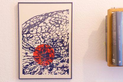 """Die zweifarbige Siebdruckarbeit in 35 mal 50, gedruckt auf naturfarbener Finnpappe zoomt in die ornamentalen Pflanzenstrukturen einer Lampionblume. Die feinen """"Gitterstrukturen"""" geben den Blick ins Innere und auf die rund abstrahierte Frucht frei. Der Art print wurde in den Farben dunkelblaue Struktur und rote Frucht gehalten."""