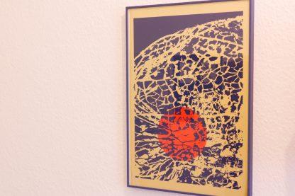 Suchen Sie ausgefallene Art Prints, die Ihre noch leeren Wände veredeln? Die Art Prints von Mission Ornament sind dann genau das richtige Angebot für Sie. Ich präsentieren Ihnen einen dreifarbigen Siebdruck mit Details der ornamentalen Pflanzenstruktur einer Lampionblume und ihrer rund abstrahierten Frucht im Inneren. Das handgefertigte Siebdruckposter hat einen goldgestrichenen Grund. Darauf wurde die Pflanzenstruktur in dunkelblau über die rot leuchtende Frucht gedruckt. Das Art Print misst 35 mal 50 Zentimeter.